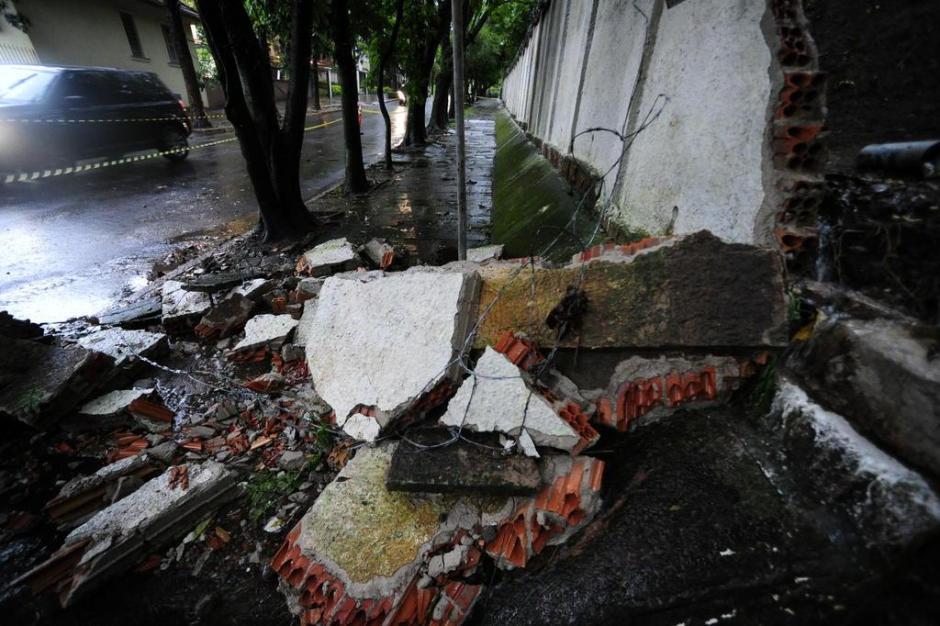 Na Rua Marquês do Pombal, muro do Hospital Militar desabou