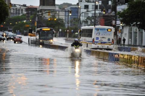 Chuva aumenta o nível do Arroio Dilúvio na Capital