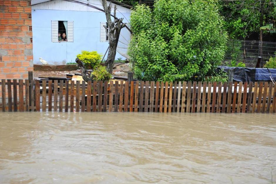 Na Vila Helenita, Estrada Cândido Pinheiro de Barcelos, nivel da água de sanga está a poucos centímetros da ponte de madeira.