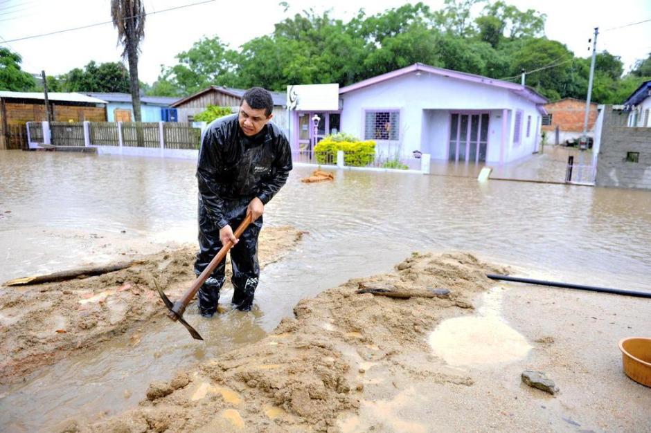 Chuva forte causa alagamentos em Viamão. Vila Helenita é a região mais prejudicada.