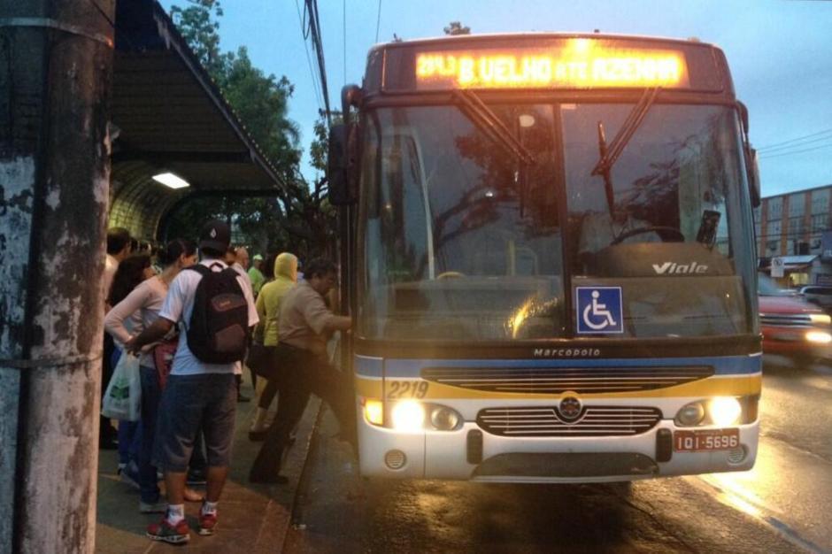 Ônibus lotado na Avenida Teresópolis em Porto Alegre, devido à greve dos rodoviários