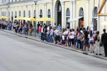 Paradas de ônibus ficam lotadas no centro